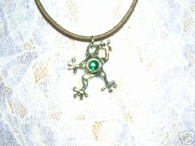 COOL TREE FROG w GREEN GEM PEWTER PENDANT NECKLACE