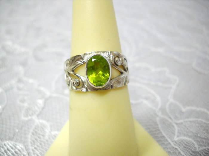 HAND ENGRAVED STERLING SILVER w LIME GREEN GEM RING SZ 7