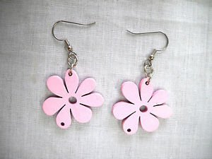 NEW NATURE GIRL PASTEL PINK CUT OUT DAISY FLOWERS WOOD DANGLING FLOWER EARRINGS