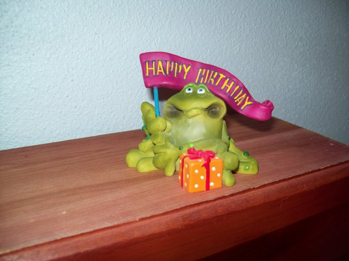 Russ Toadily Yours Happy Birthday Frog with Banner & Present 21166 FREE USA SHIPPING!