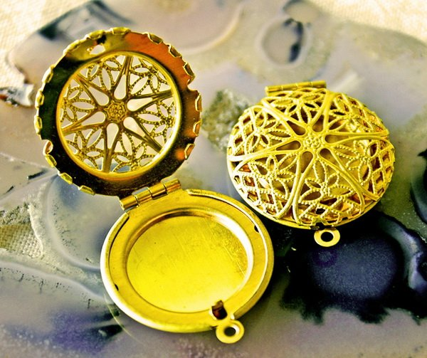 2pcs Raw Brass Round Filigree Lockets Pendant b16