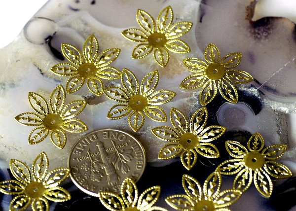 40pcs Antique Bronze Stamping Filigree Flower Beadcaps Finding 17mm bf35b