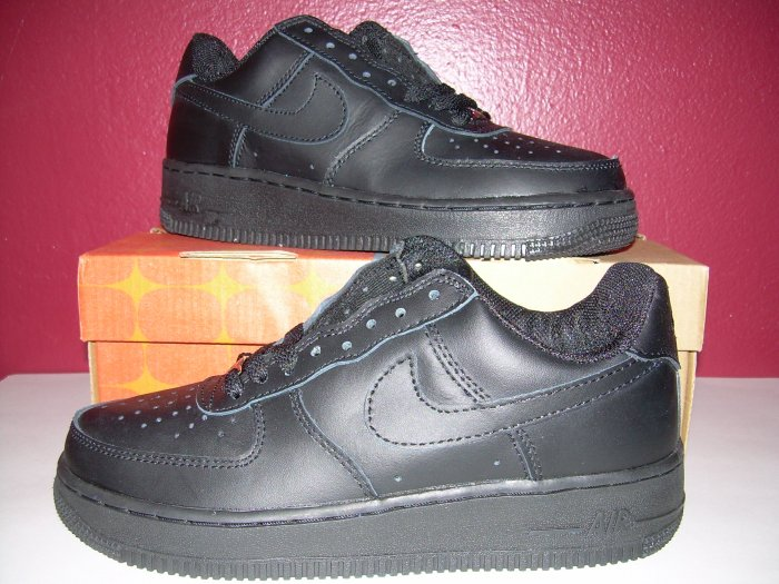 NIKE AIR FORCE ONE ALL BLACK LOW TOPS MENS SIZE 7