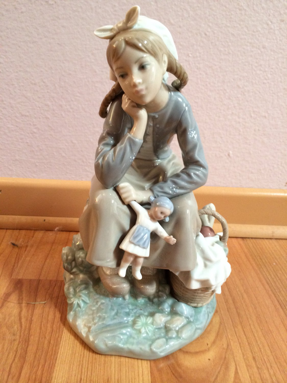 LLADRO Piece 1211 ANORANZA Girl with Doll � Retired with box