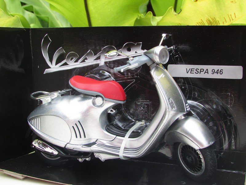 New Ray 1/12 Diecast Motorcycle Vespa 946 Scooter 2015 (Silver)