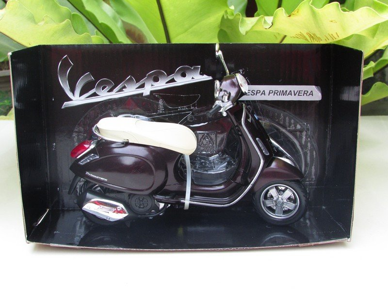 New Ray 1/12 Diecast Motorcycle Vespa Primavera Scooter 2013 (Dark Brown)