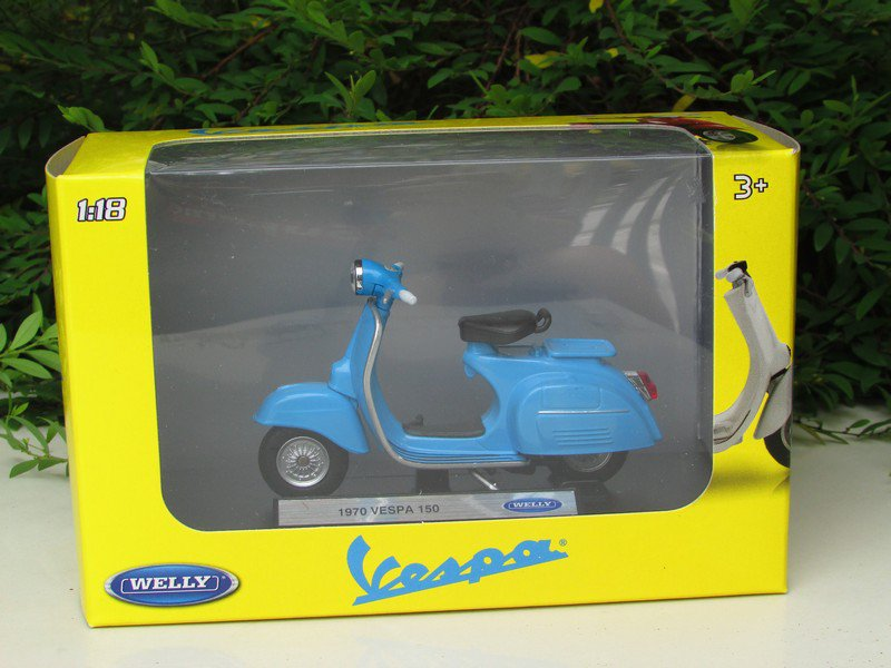 Welly 1/18 Diecast Motorcycle 1970 Vespa 150 Blue Scooter