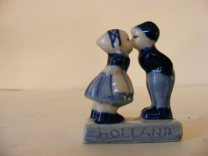 COLLECTIBLE-HOLLAND-BLUE FLOW FIGURINE-BOY KISSING GIRL