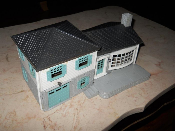 Plasticville - Split-Level House - White With Black Roof - Bachmann