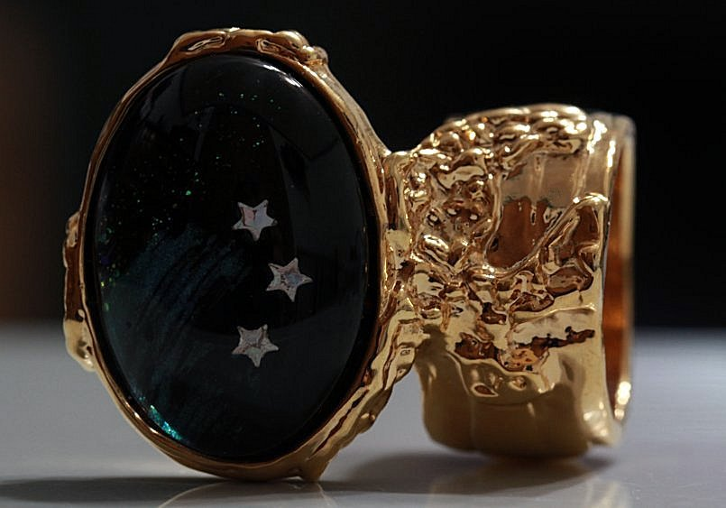 Arty Oval Ring Shooting Stars Gold Glass Sparkly Fantasy Galaxy Chunky Artsy Knuckle Art Size 5.5