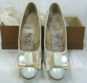 Vintage Air Step Pearl Gray Pumps, Sz 7B, NOS, Beautiful Toe Treatment, Slender Heel