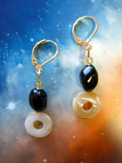 Black agate and oval mother of pearl drop earrings {634E}