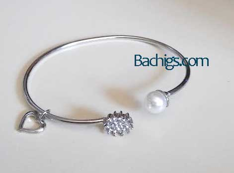 Charm bracelet silvertone with pearls and heart