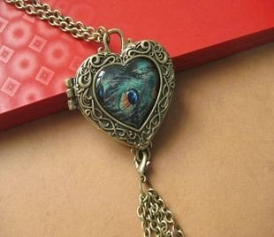 Heart-shaped treasure box necklace peacock feathers