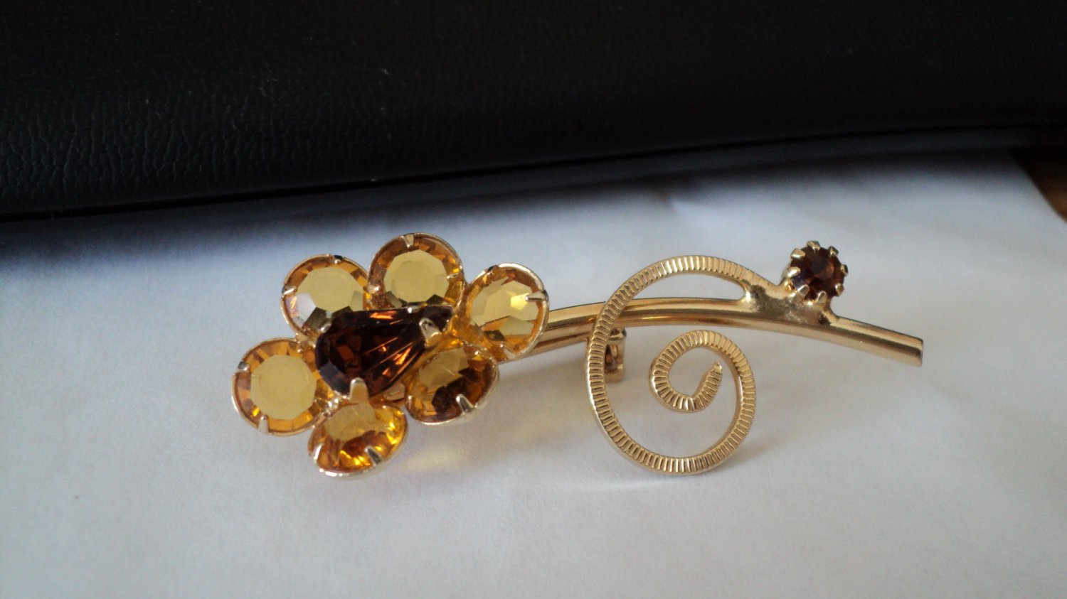Vintage Gold Tone Light and Dark Amber Beads Flower Brooch #00031