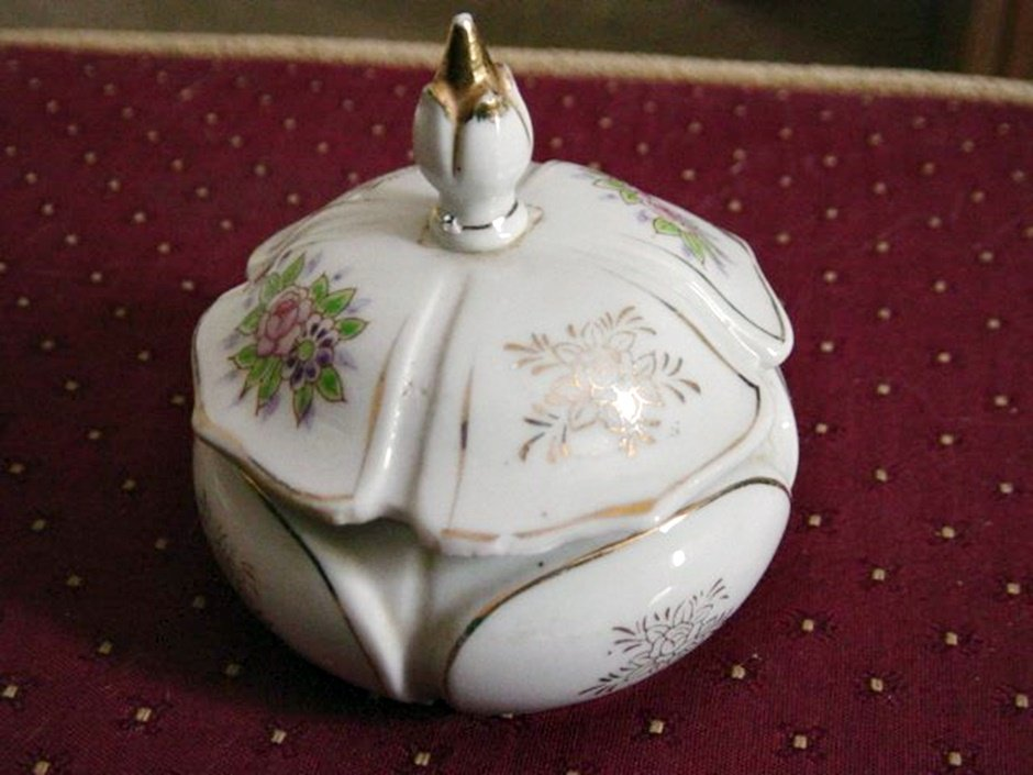 Old Vintage White Porcelain Lidded Vanity Trinket Box #00118