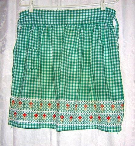 Embroidered gingham half apron rick-rack and yarn trim Vintage hc1065