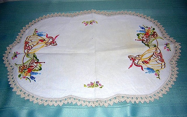 Vintage embroidered linen table mat southern belle crocheted edging hc1154