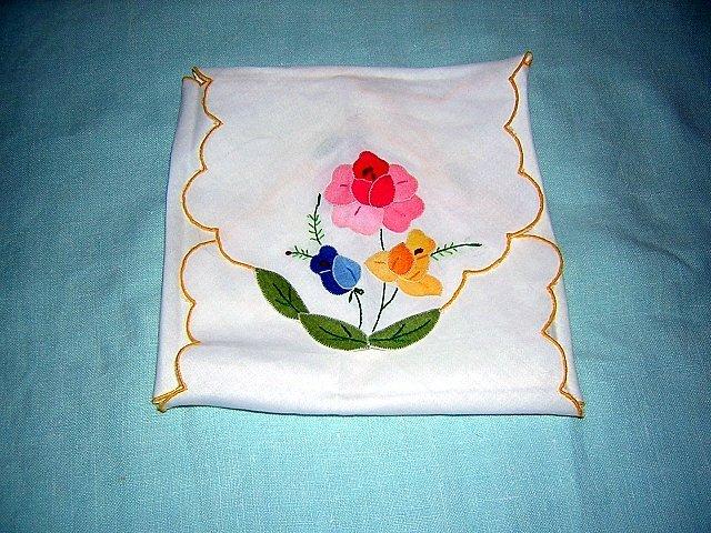 Appliqued linen toast cover or bread basket liner handworked mint vintage linens hc1187