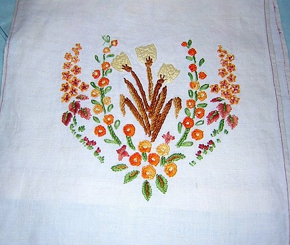 Crewel embroidered long table runner or dresser scarf threadwork hem vintage hc1218