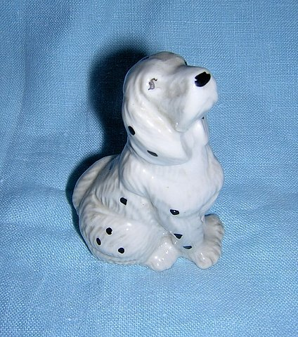 Sniffing spotted spaniel dog ceramic figurine cold painted vintage hc1222