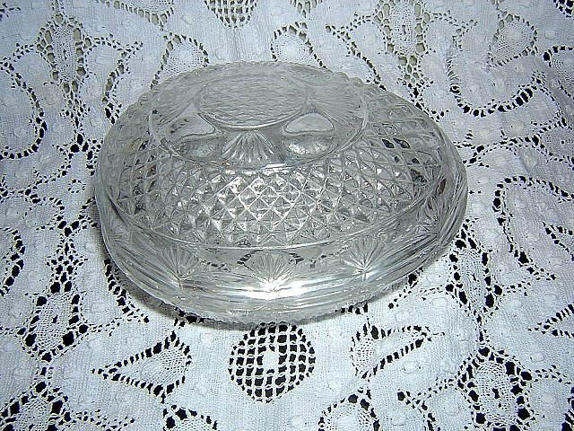 Avon molded glass Easter egg lidded candy or vanity dish hc1414