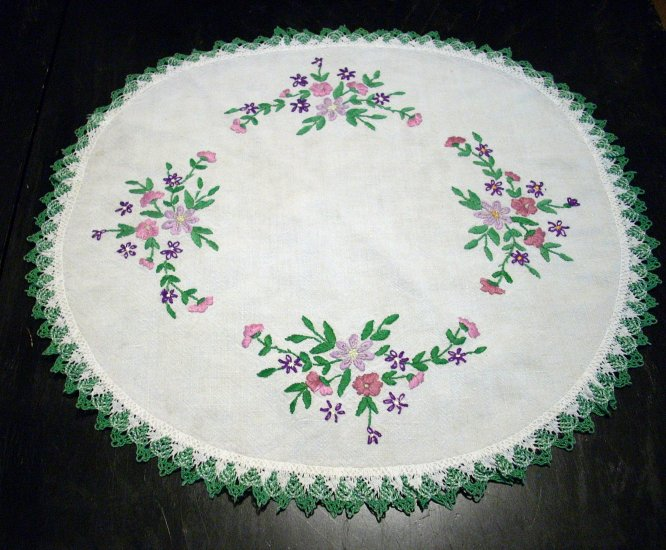 Embroidered linen table mat bobbin lace edge floral sprays vintage hc1498