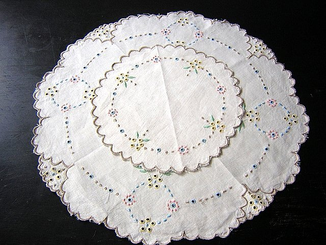 Madeira embroidered table mat & centerpiece 2 vintage pieces hc1509