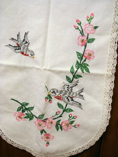 Robins and dogwood embroidered dresser scarf runner lace edge vintage linens hc2131