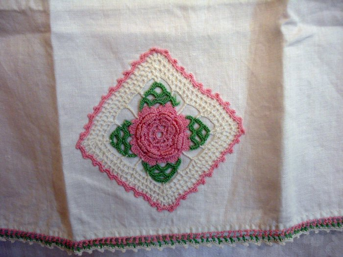 Crocheted rose motif edging linen hand towel vintage hc2272