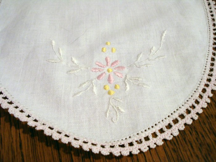 Depression era oval table mat embroidery crocheted edge vintage hc2378