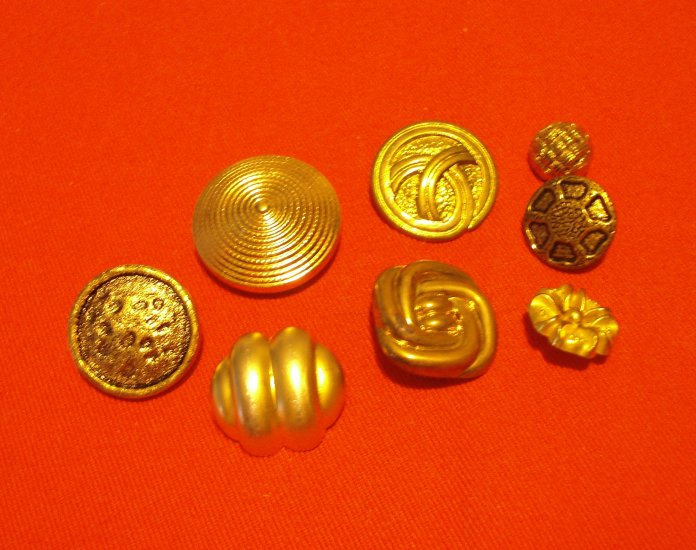 Buttons odd lot 8 gold tone metal and plastic with shanks for crafts jewelry vintage hc2408