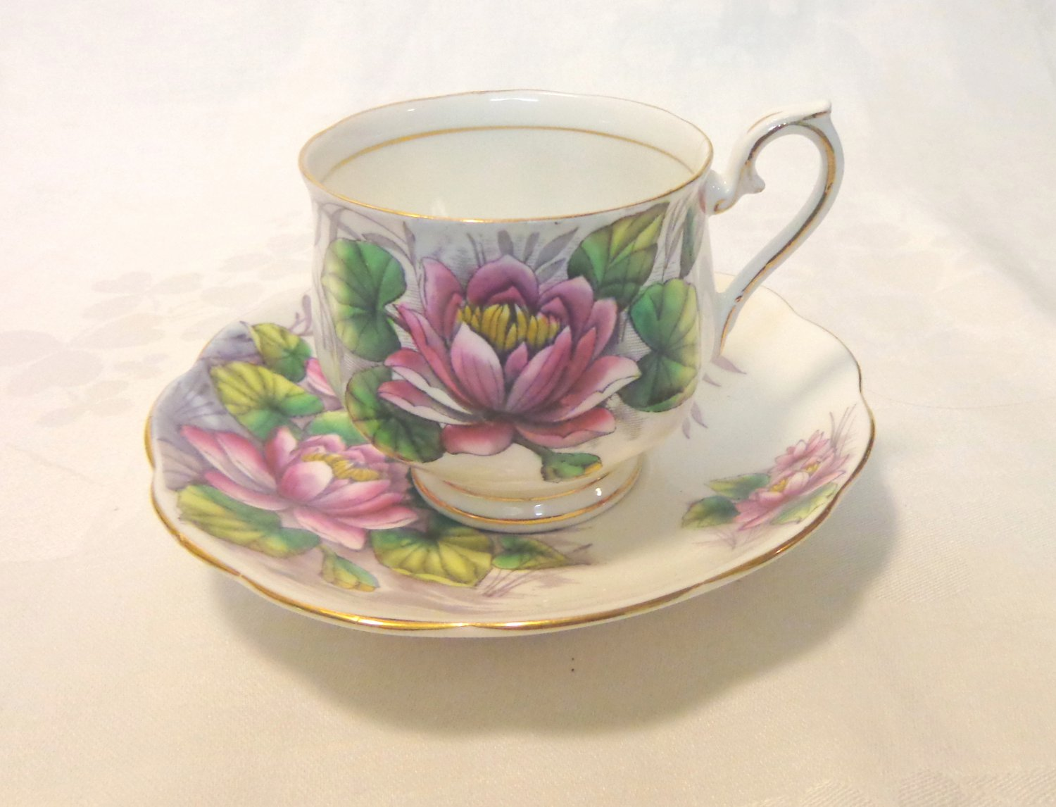 Water lily Royal Albert flower of the month cup/saucer no.7 vintage hc3380