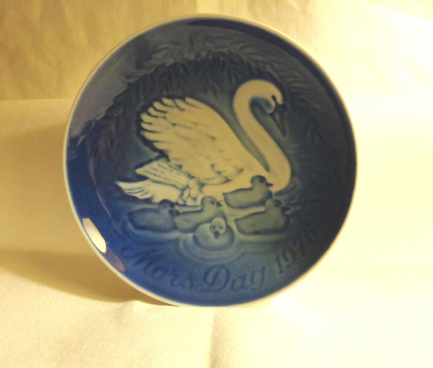 Bing and Grondahl 1976 Mother's Day plate Mors Dag swans cygnets blue BG porcelain hc3411
