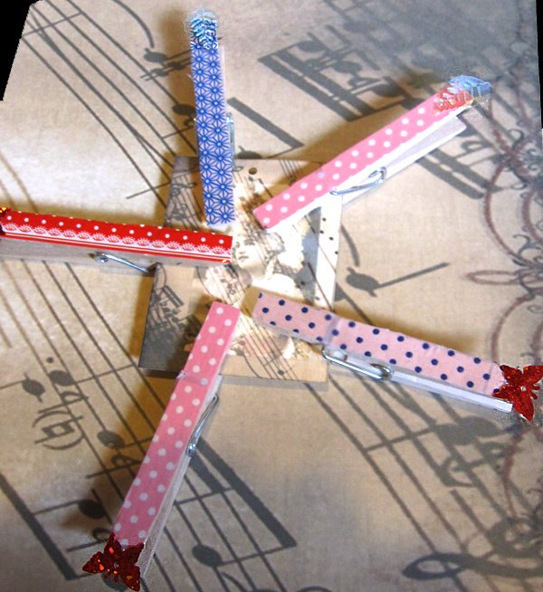 Set of 5 decorated pegs with tag