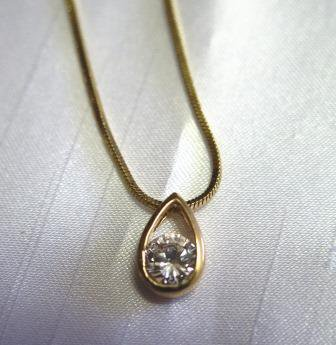 Tear Drop Style Necklace Gold Tone