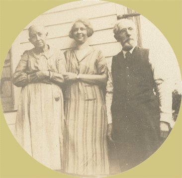 Vintage Photo 1910s TRIO POSE BY THE HOUSE