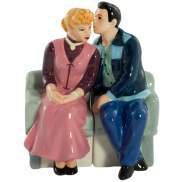 I Love Lucy - Ricky Kissing Lucy On Couch Salt & Pepper