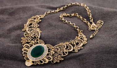 Vintage Style Antiqued Gold Classic Necklace Vogue Dinner  Hollow Out Emerald Green Crystal