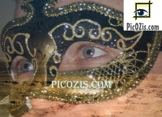 VPE014201109 � Gold and black Venetian mask photograph print