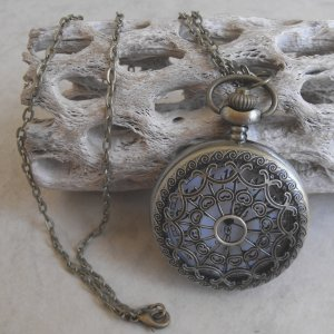 Webbed Design Pocket Watch With Chain