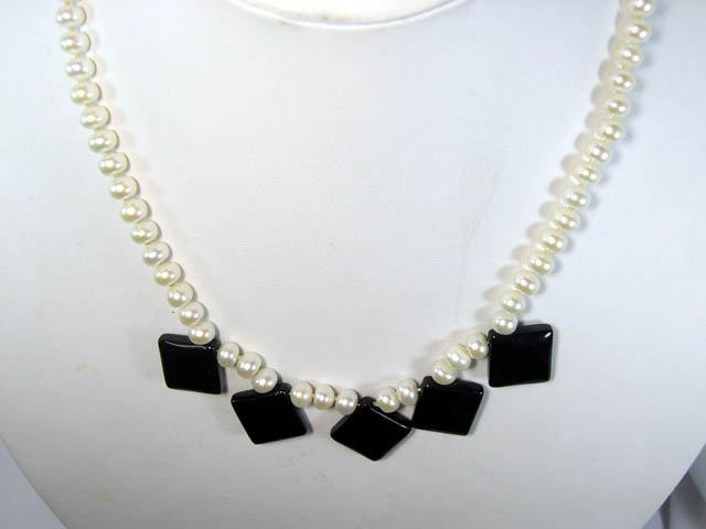 charming white FW Cultured Pearl & agate Necklace