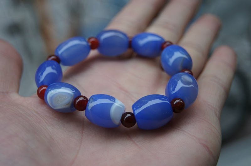 Natural sky blue (agate).Bracelet.9 drum-shaped beads. The rubber band strung together.