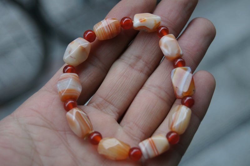 Natural wrapping (agate), multi-faceted shaped beads (bracelets).