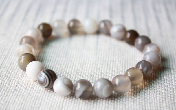 Dream agate, white agate fashion bracelet, beads around; 9 mm, 22 rubber band strung together.