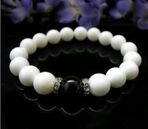 The natural white clams and black onyx bracelet, 10 mm beads, rubber band strung