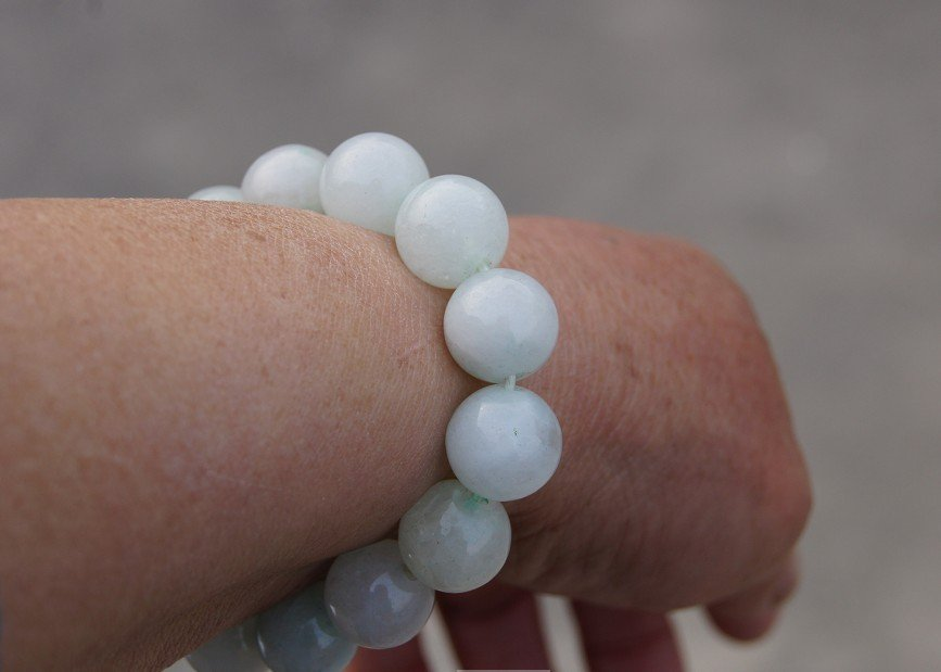 Hand-carved Yuanzhu. Natural white jade bracelet. 13 mm, 14 beads, rubber bands strung.