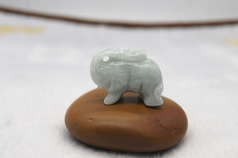 .Natural white jade, hand-carved three-dimensional elephant (auspicious), necklace pendant.