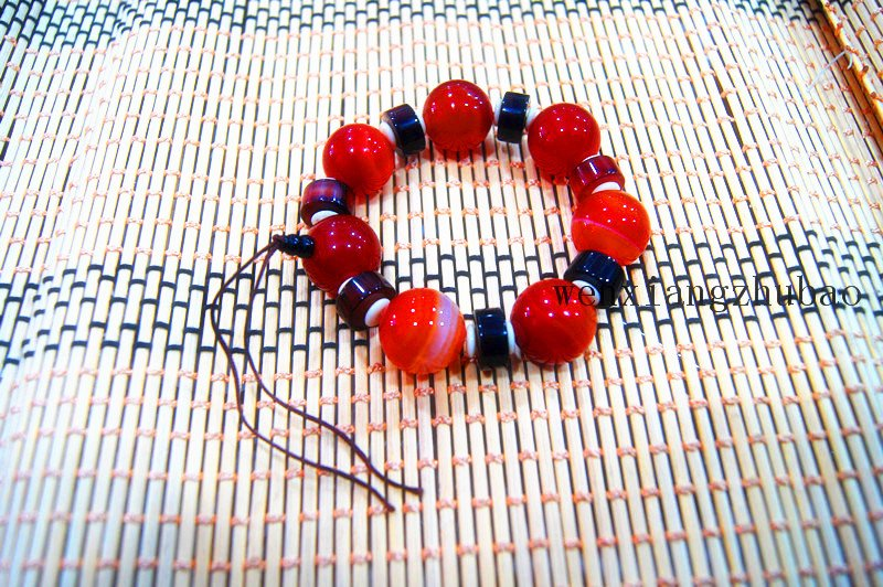 Natural color agate cylindrical beads + red agate beads. The rubber band formed a bracelet.