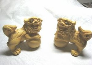 Manual sculpture attractive bordered woodcarving, double ball lion
